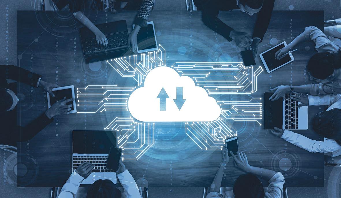 Mehrere Menschen arbeiten an Laptops. Sie sind durch die Cloud miteinander verbunden.