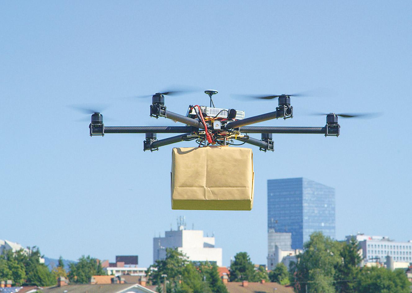Eine Drohne liefert ein Paket.