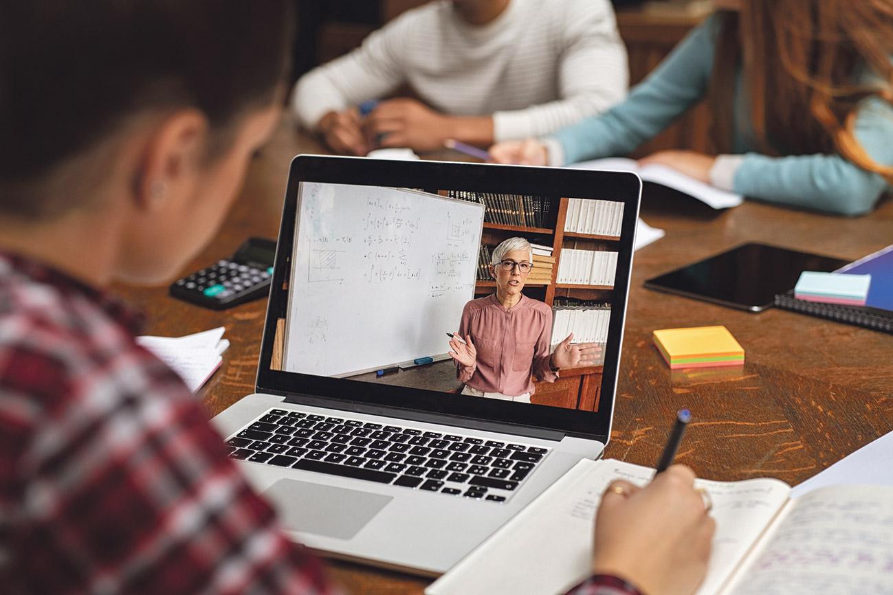 Person, die sich am Laptop eine Online-Vorlesung anguckt.