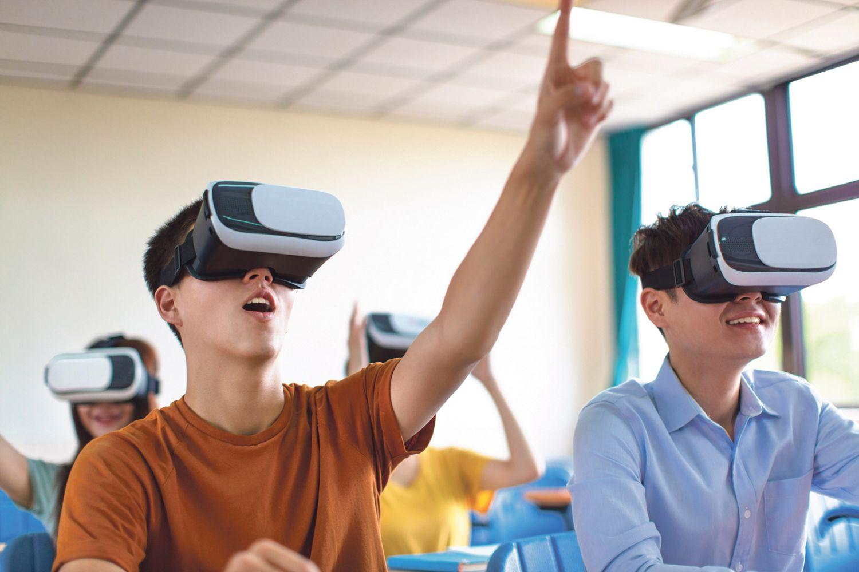 Schüler mit VR-Brillen im Klassenraum