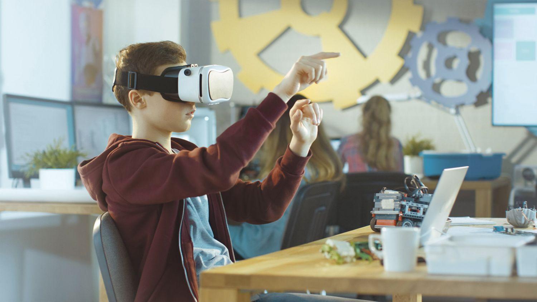 Schüler interagiert mit VR-Brille