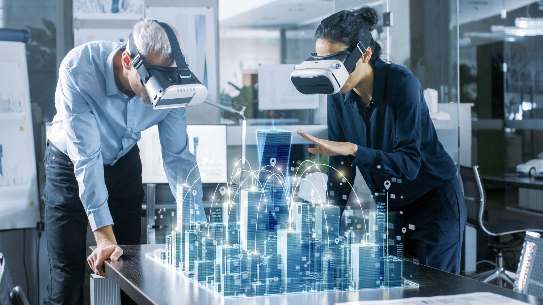 Mitarbeiter begutachten mit Virtual-Reality-Brillen Modelle