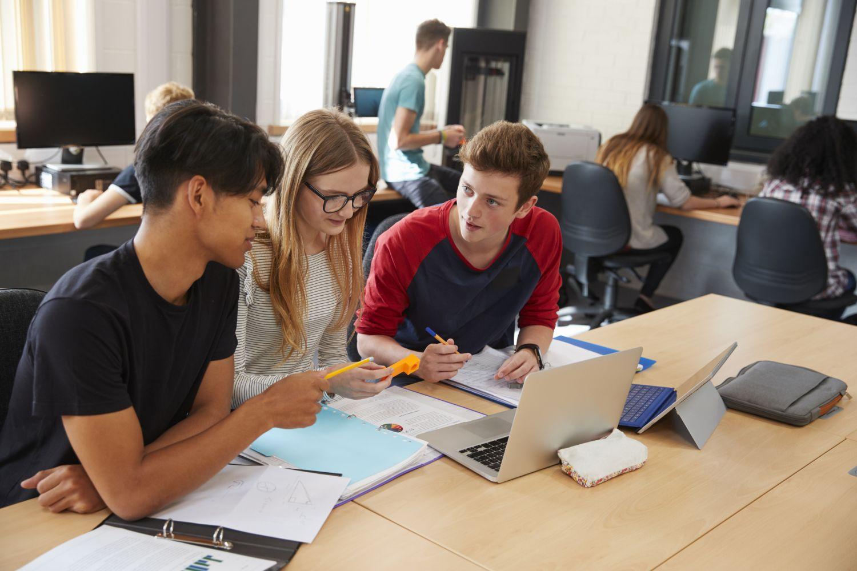 Schüler:innen beim Lernen mit digitalen Medien
