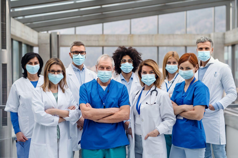Gruppe an Pflegefachkräften und Medizinerinnen